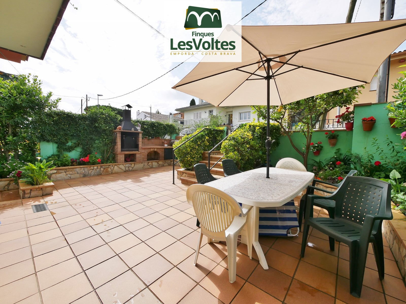 TERRACED HOUSE OF 204M2 WITH ENTRANCE BY 2 STREETS IN A QUIET AND WELL COMMUNICATED RESIDENTIAL AREA IN THE POPULATION OF PAL