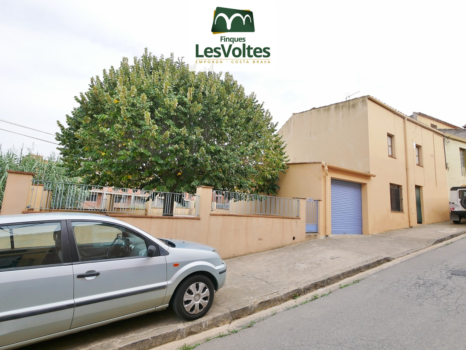 CORNER TOWNHOUSE OF 160 M2 SEMI-FURNISHED WITH 167 M2 YARD AND GARAGE FOR RENT IN LA BISBAL D'EMPORDÀ.