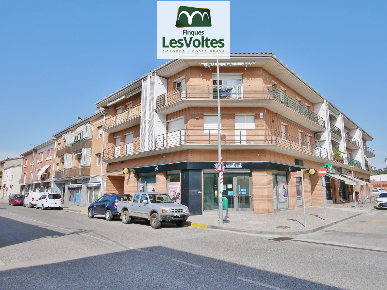 CENTRAL APARTMENT OF 69 M2 ON THE FIRST FLOOR WITH ELEVATOR, PARKING AND STORAGE ROOM FOR SALE IN FLAÇÀ.