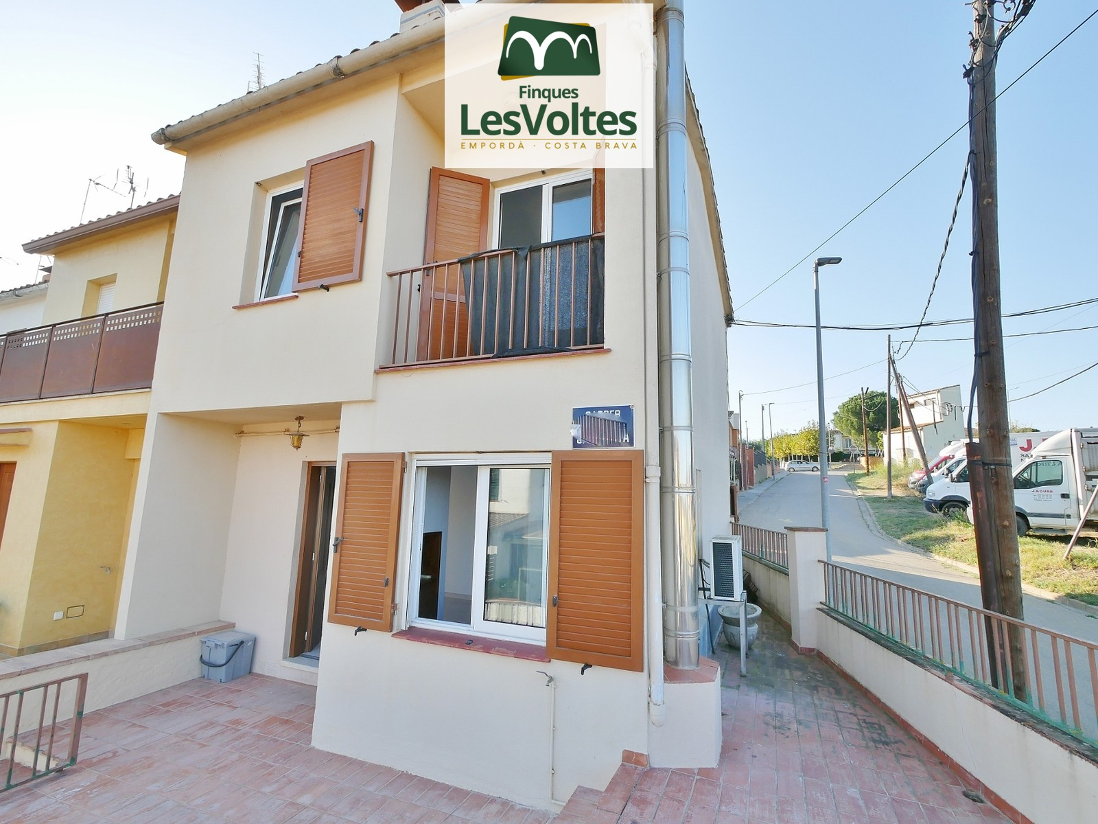 91 M2 CORNER HOUSE WITH SMALL YARD AND TERRACE FOR SALE IN CORÇÀ.