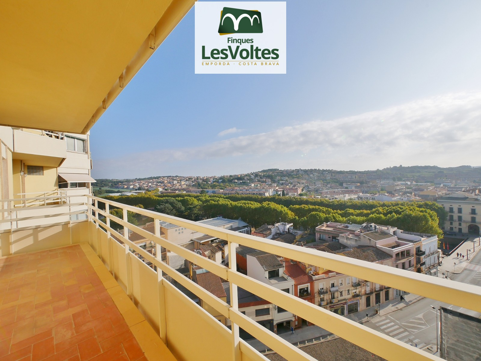 CENTRAL APARTMENT OF 105 M2 ON THE NINTH FLOOR WITH ELEVATOR AND BALCONY FOR SALE IN LA BISBAL D'EMPORDÀ.