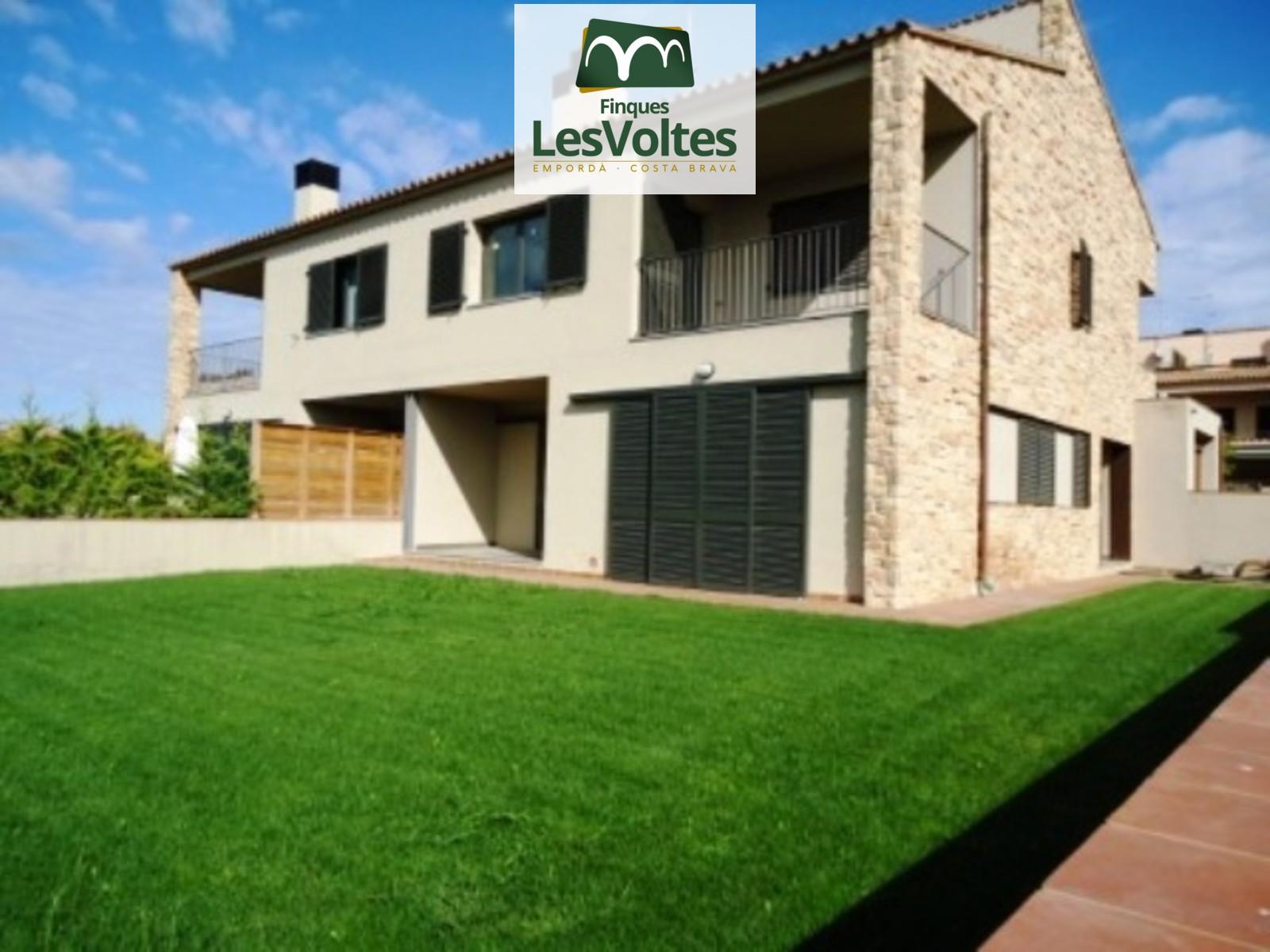 Casa Obra Nova amb magnífiques vistes i jardí en venda a Parlavà