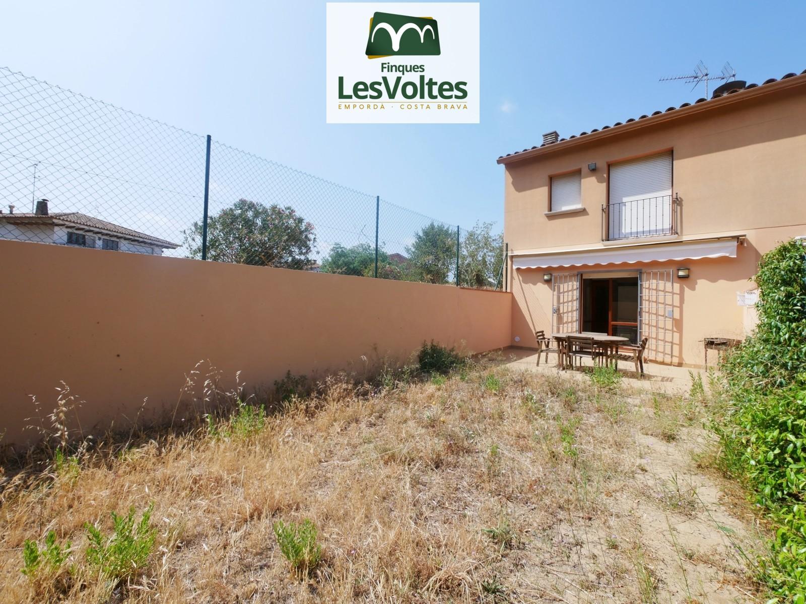 Casa adossada amb gran garatge i jardí en venda a Palafrugell.