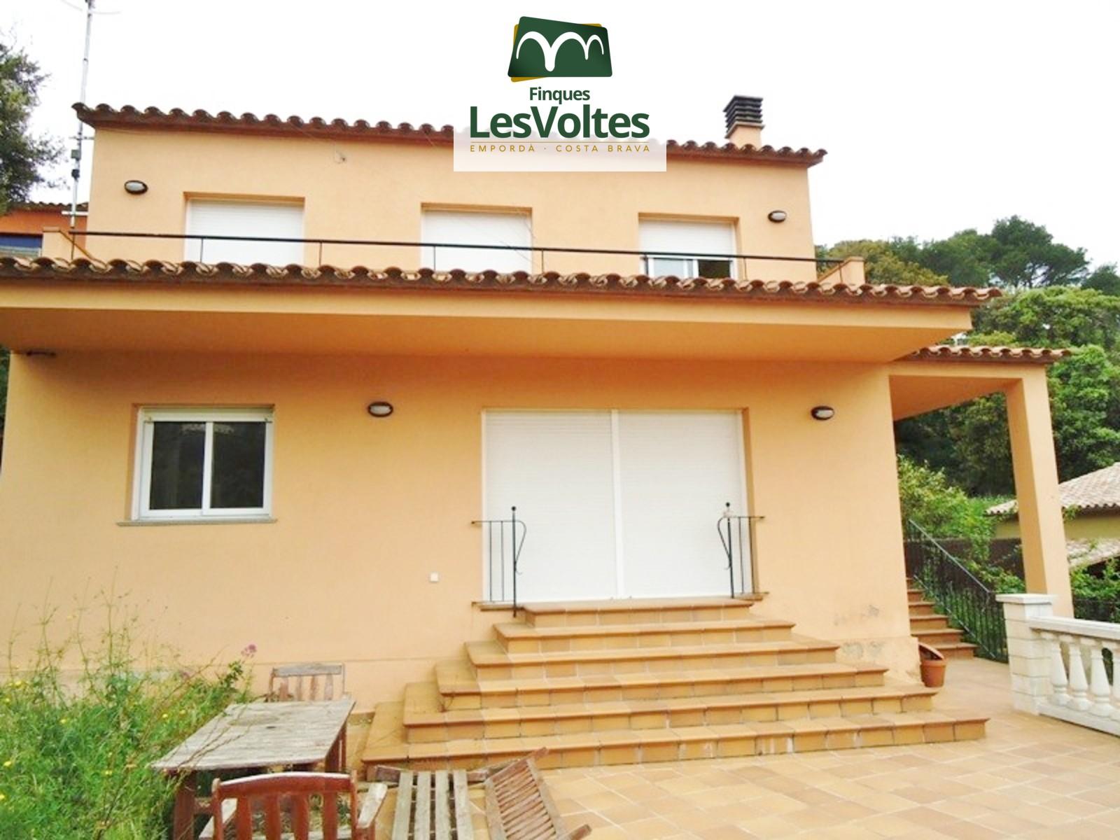 Casa unifamiliar en venda a Begur amb vistes. Zona tranquil.la i ben comunicada.