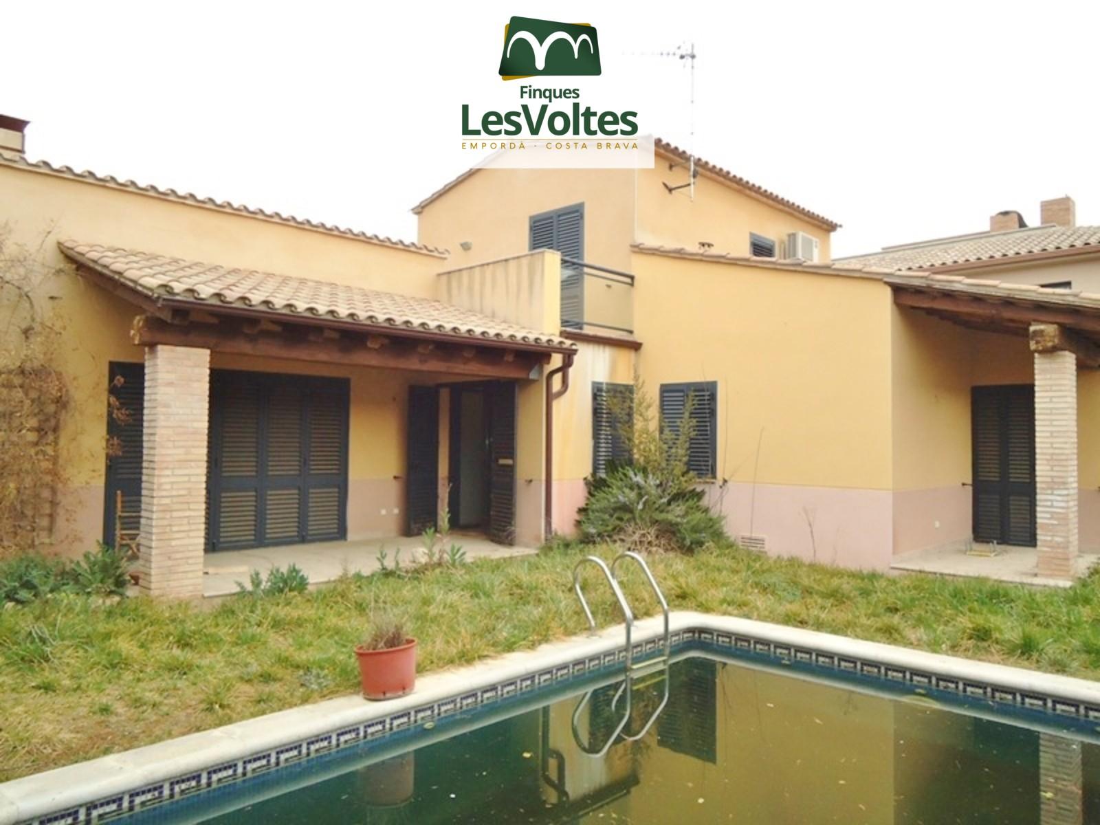 Casa unifamiliar amb jardí i piscina en venda a Parlavà.