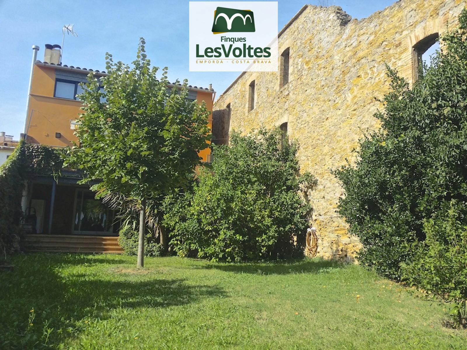 Gran casa amb jardí totalment restaurada en venda a la Bisbal. A punt per entrar-hi a viure.