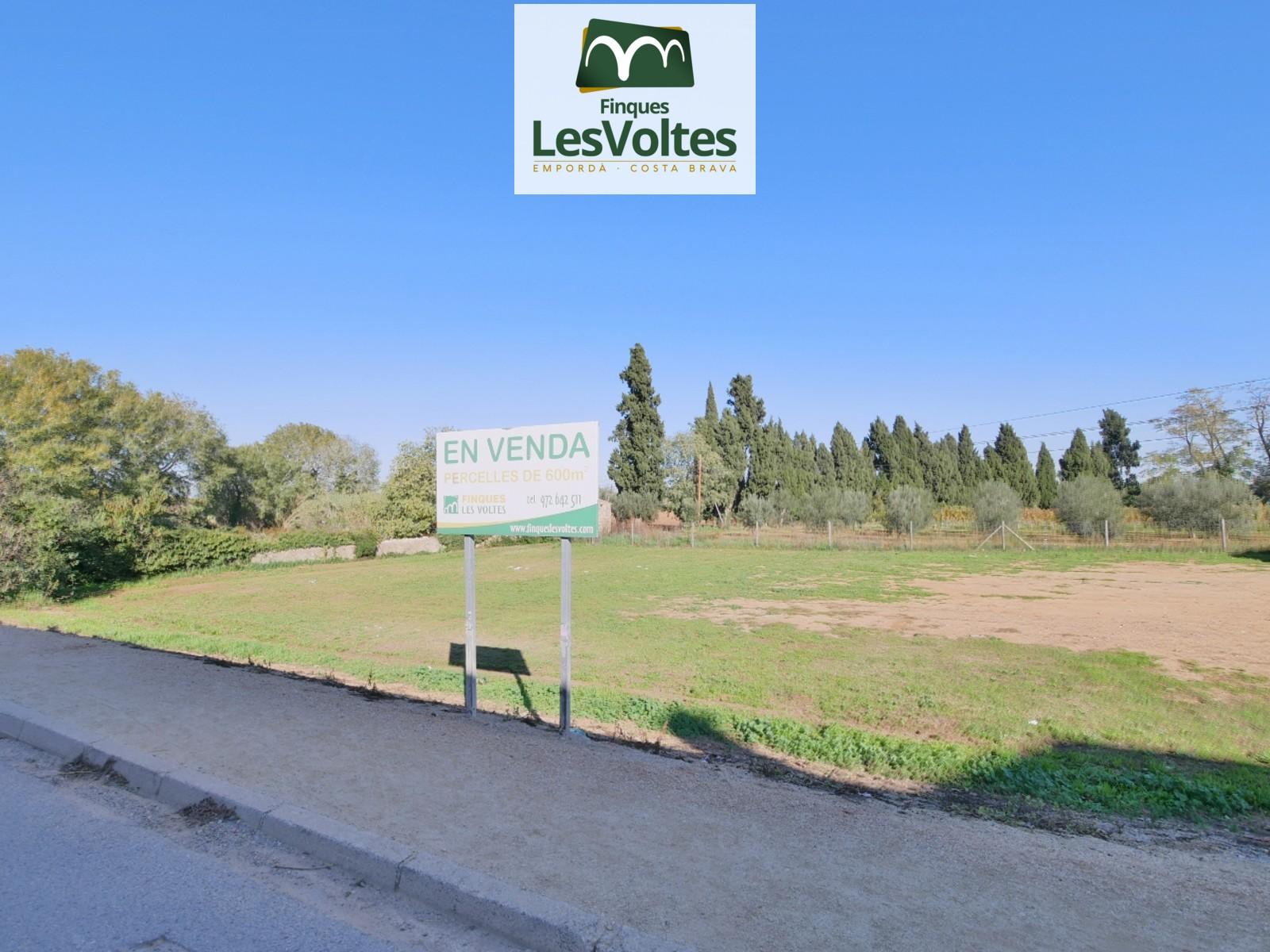 Magnífica parcel·la en venda a Fonteta 700 m2 totalment plana i amb tots els serveis.