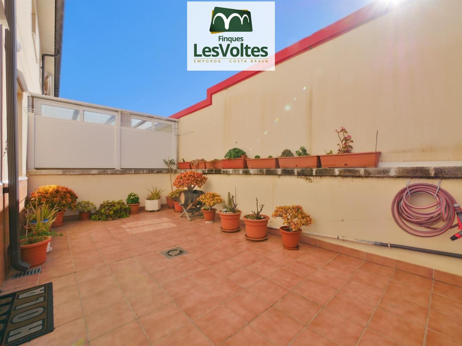 Gran pis amb terrassa, pàrquing i traster en venda a Palafrugell.