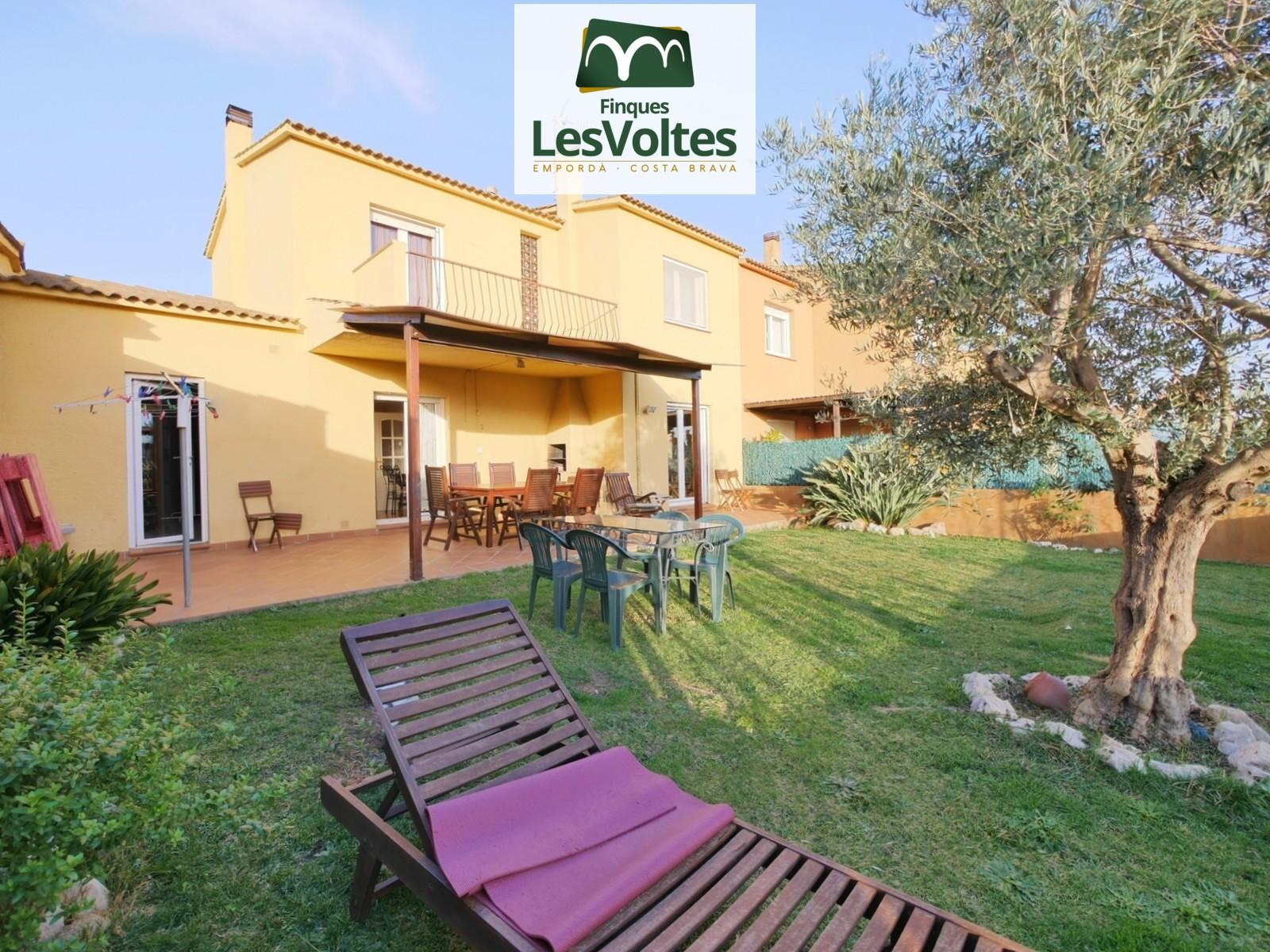 Casa amb gran jardí i garatge en venda a Montras.