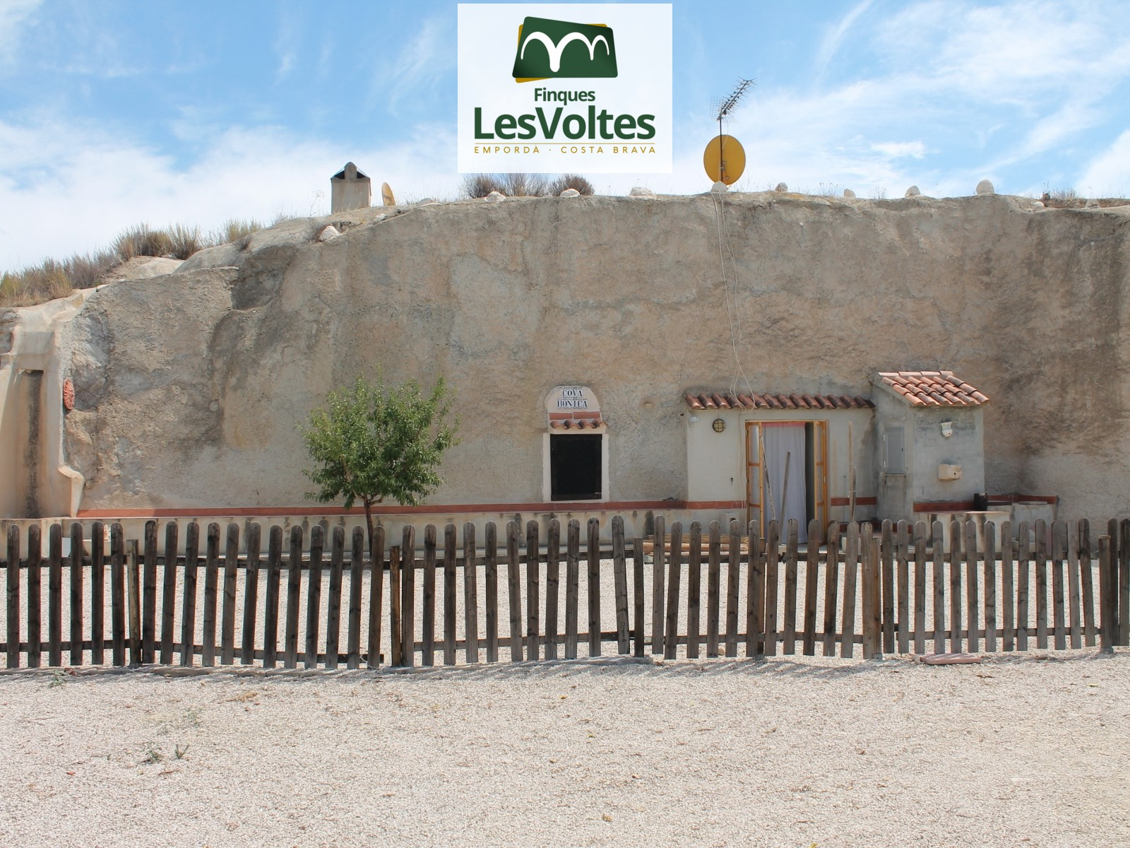 HOUSE-CAVE OF 80 M2 WITH TWO BEDROOMS AND 19,000 M2 OF LAND FOR SALE IN ABANILLA (MURCIA).