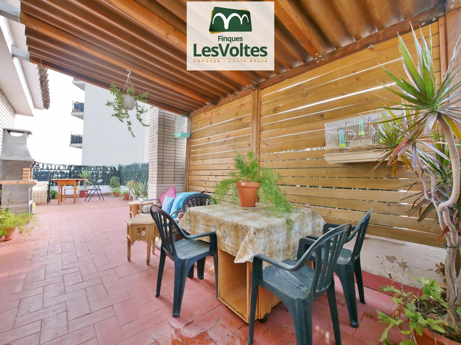 Àtic de 3 habitacions i terrassa en venda a Palafrugell. 2 places d'aparcament i ascensor.