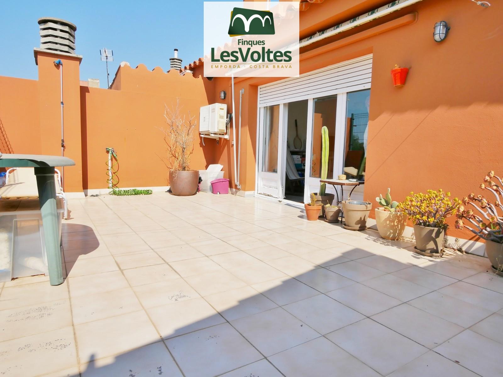 Magnífic dúplex amb gran terrassa i plaça de pàrquing en venda a Palafrugell.