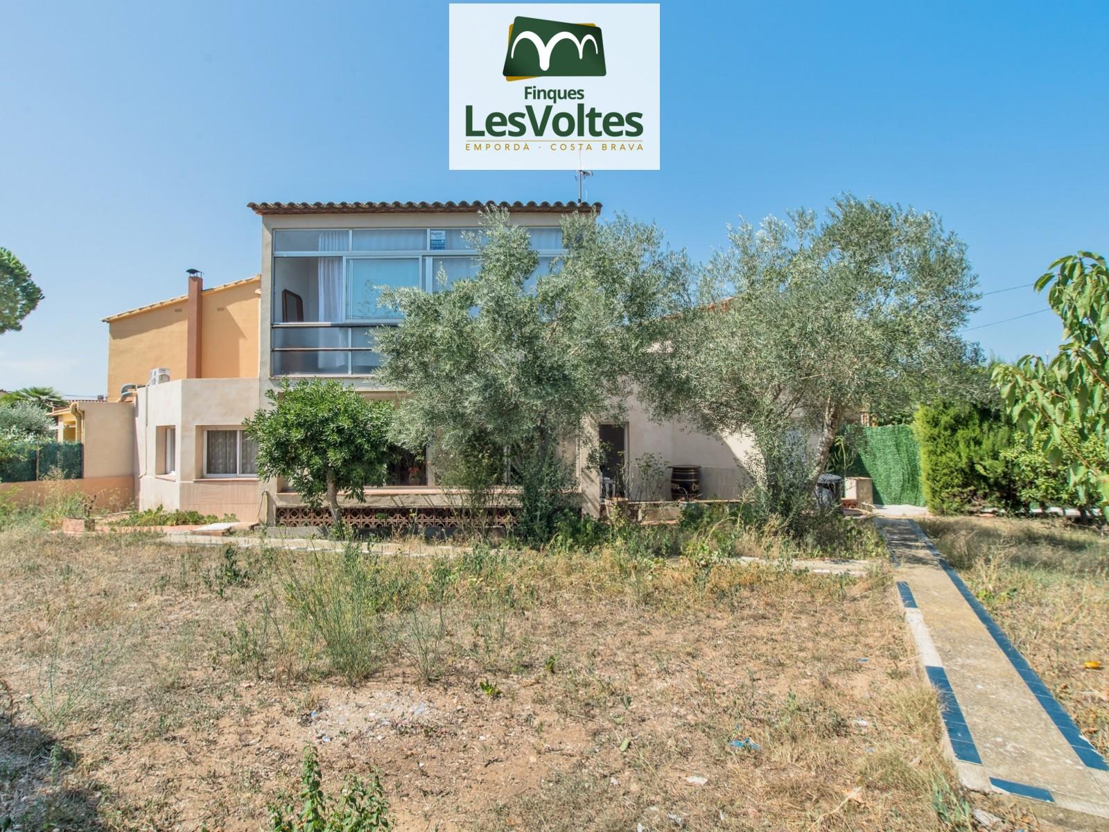 Àmplia casa en venda a Esclanyà. Zona residencial molt tranquil·la.