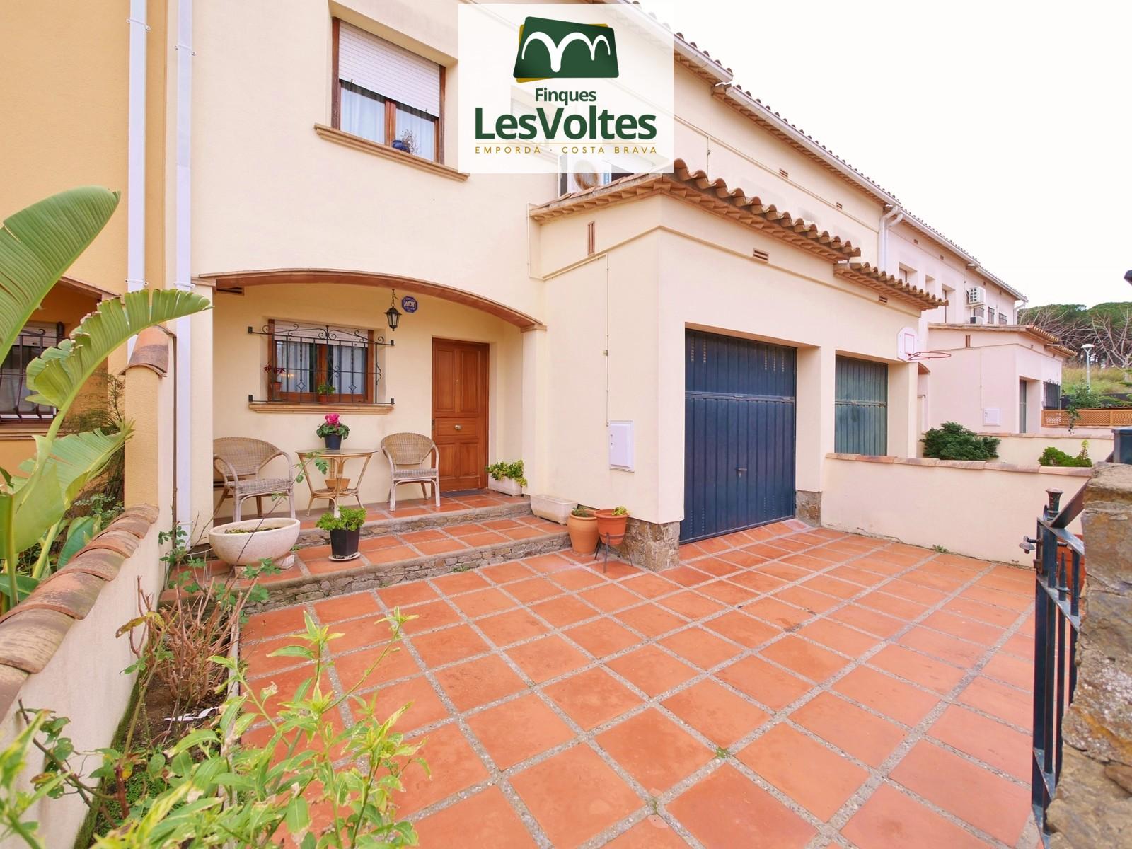 Magnífica casa amb garatge i pati en venda a Palafrugell. Zona residencial tranquil·la.
