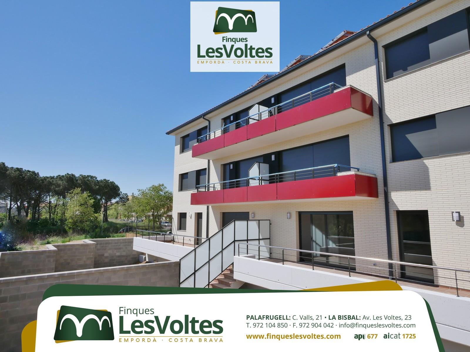 Pis d'obra nova amb terrassa i plaça d'aparcament en venda a Palafrugell.