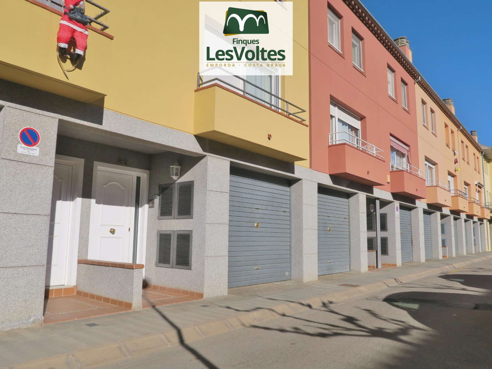 HOUSE FOR SALE IN LA BISBAL D'EMPORDÀ OF 164 M² WITH PATIO OF 40 M²