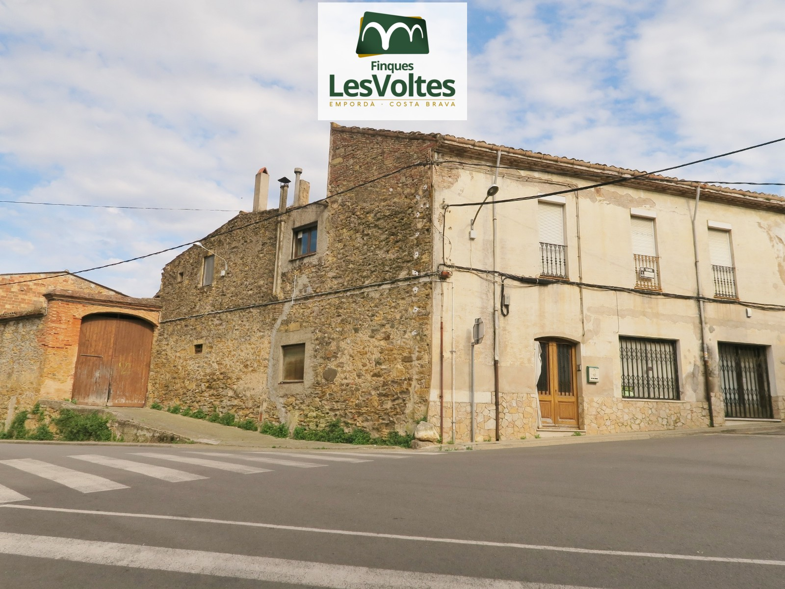 RUSTIC PROPERTY FOR RENOVATION WITH LARGE LAND FOR SALE IN LA BISBAL D'EMPORDÀ. MANY POSSIBILITIES!