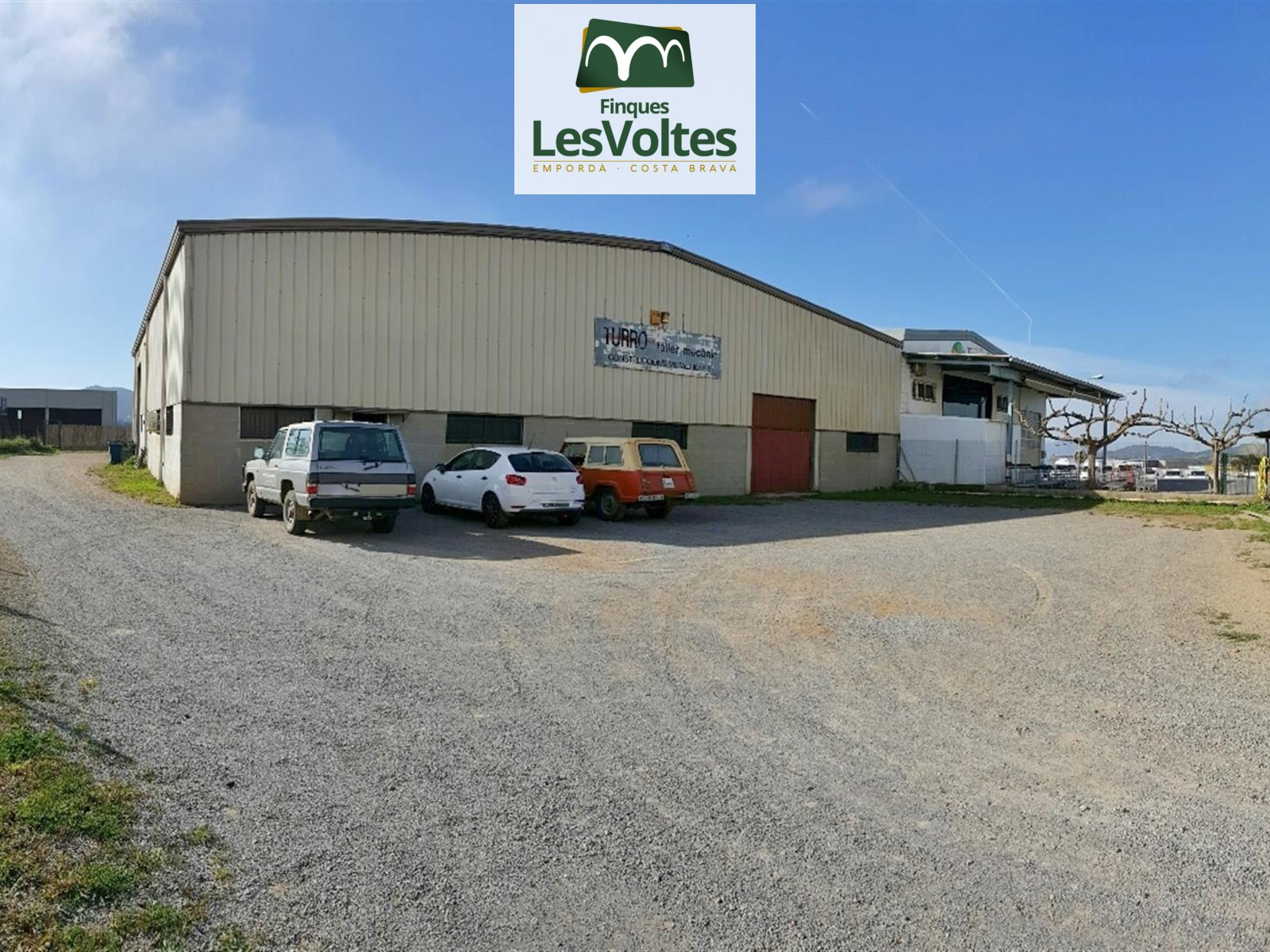 LARGE INDUSTRIAL WAREHOUSE ON THE ROAD OF 740 M2 ON A PLOT OF 1,360 M2. LOTS OF VISIBILITY