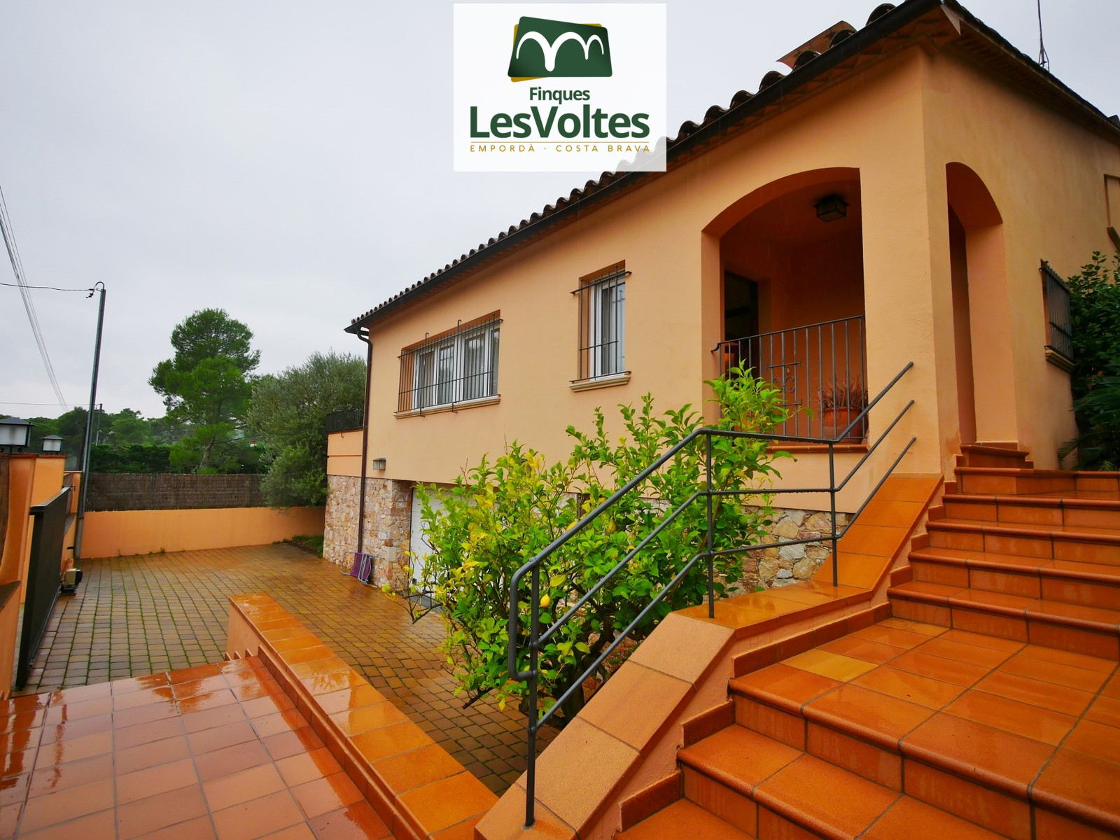 Casa unifamiliar amb jardí i piscina en venda a Begur. Situada en  zona residencial tranquil·la.