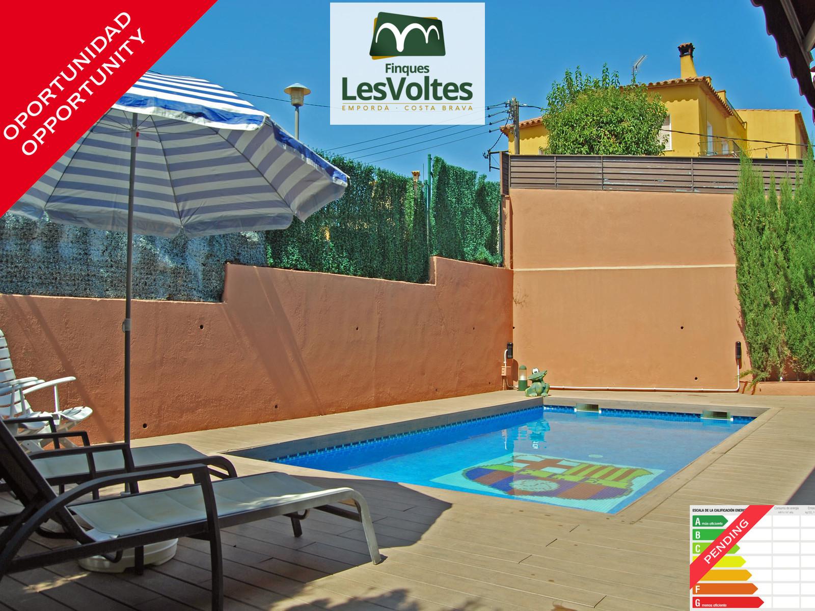 Casa amb piscina i jardí en venda a Palafrugell. Situació en zona tranquil·la i de fàcil accés.