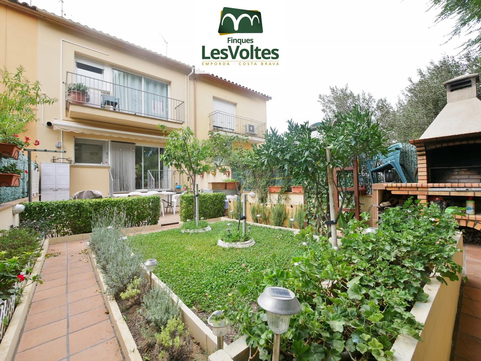 Magnífica casa amb jardí i garatge en venda a Palafrugell. Zona residencial tranquil·la.