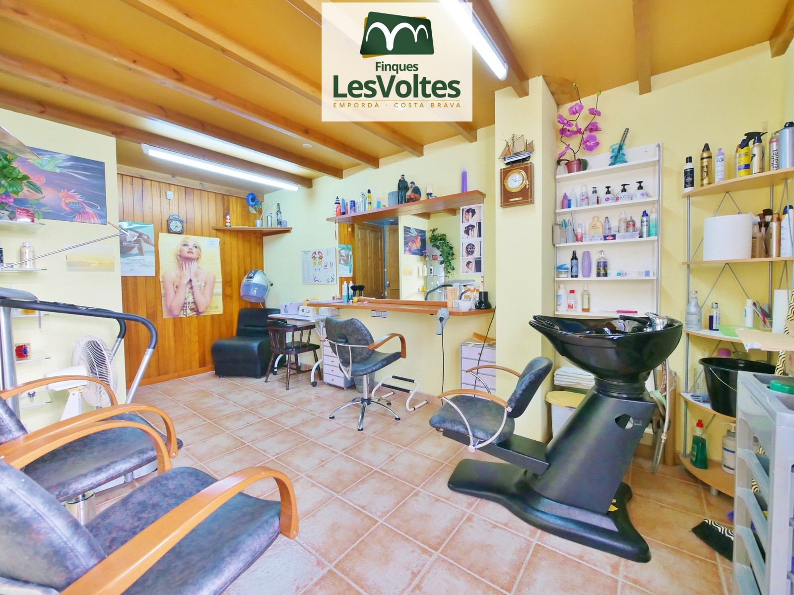 LOCAL FULLY EQUIPPED AND RENOVATED TO RENT IN LLOFRIU. PREPARED FOR AESTHETICS AND PERUQUERIA.