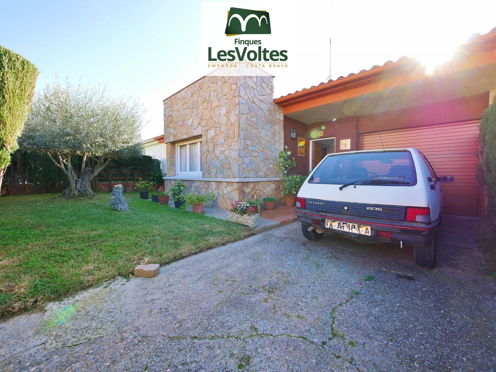 Casa unifamiliar amb jardí i garatge en venda a Palafrugell. Zona residencial tranquil·la.