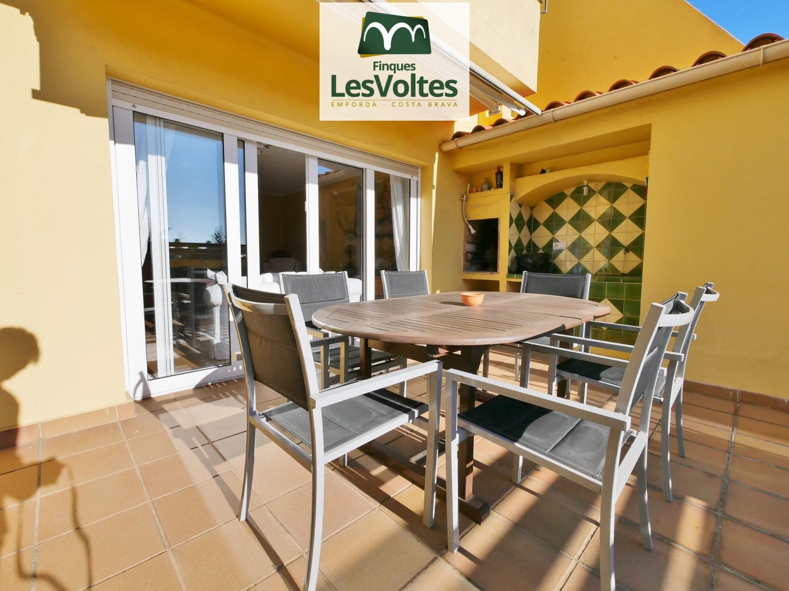 Casa amb terrassa i plaça d'aparcament en venda a Palafrugell.