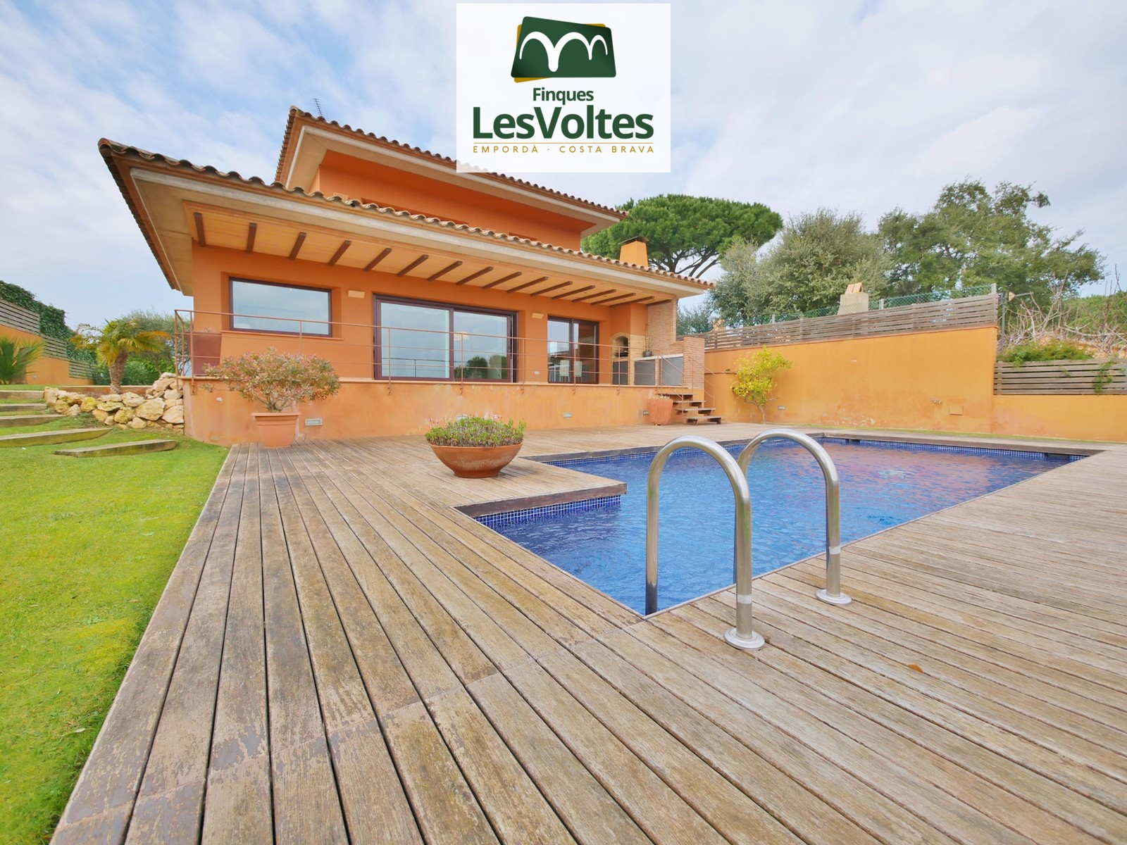 Casa amb piscina i garatge en venda a Mont-ras. Finca impecable.