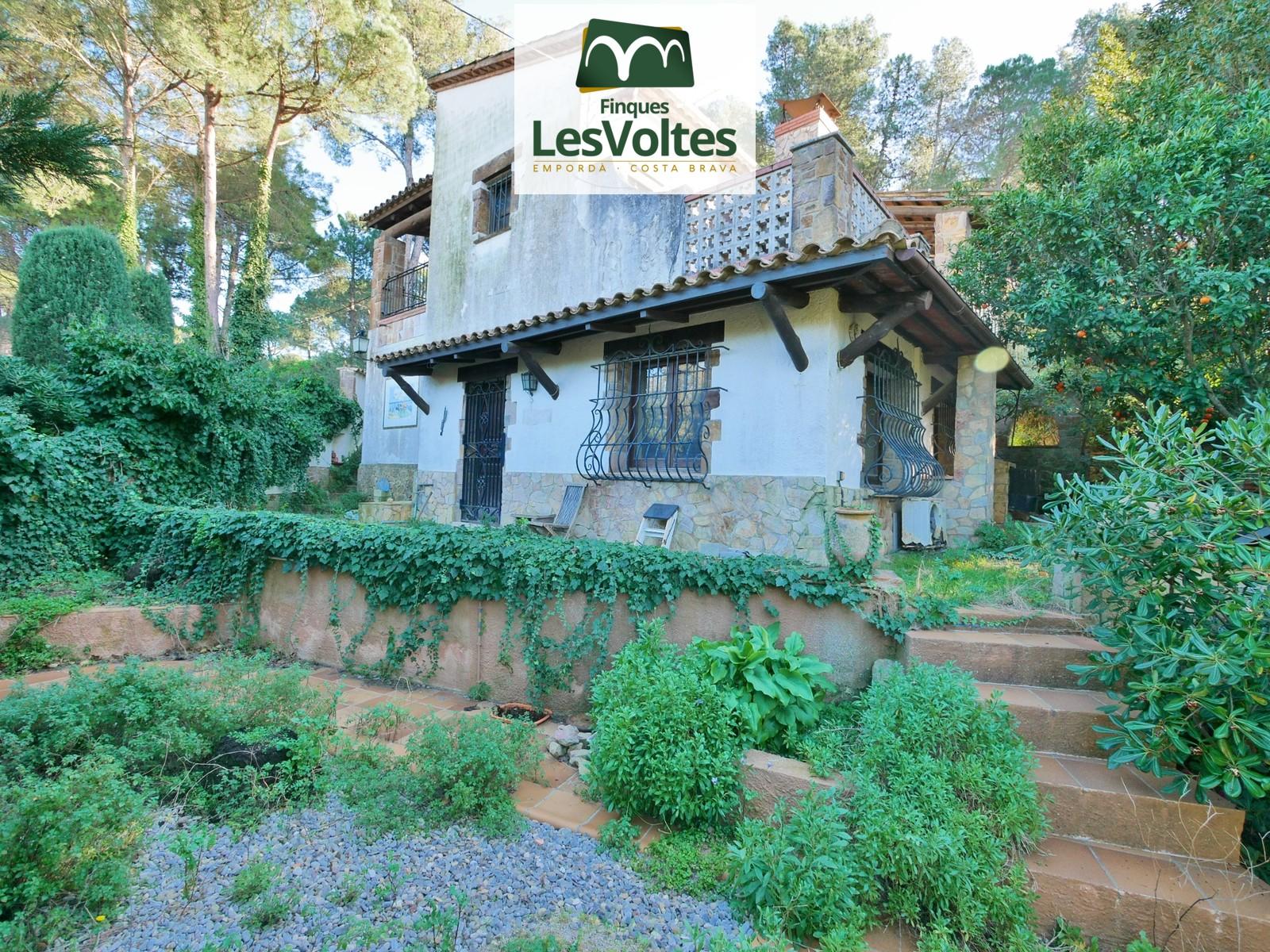 Casa amb piscina i jardí en venda a Begur.