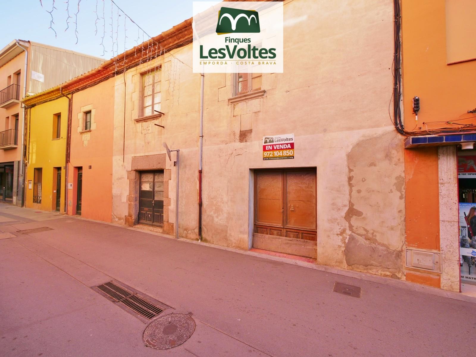 Gran finca amb entrada a dos carrers en venda al centre de Palafrugell. Immillorable situació.