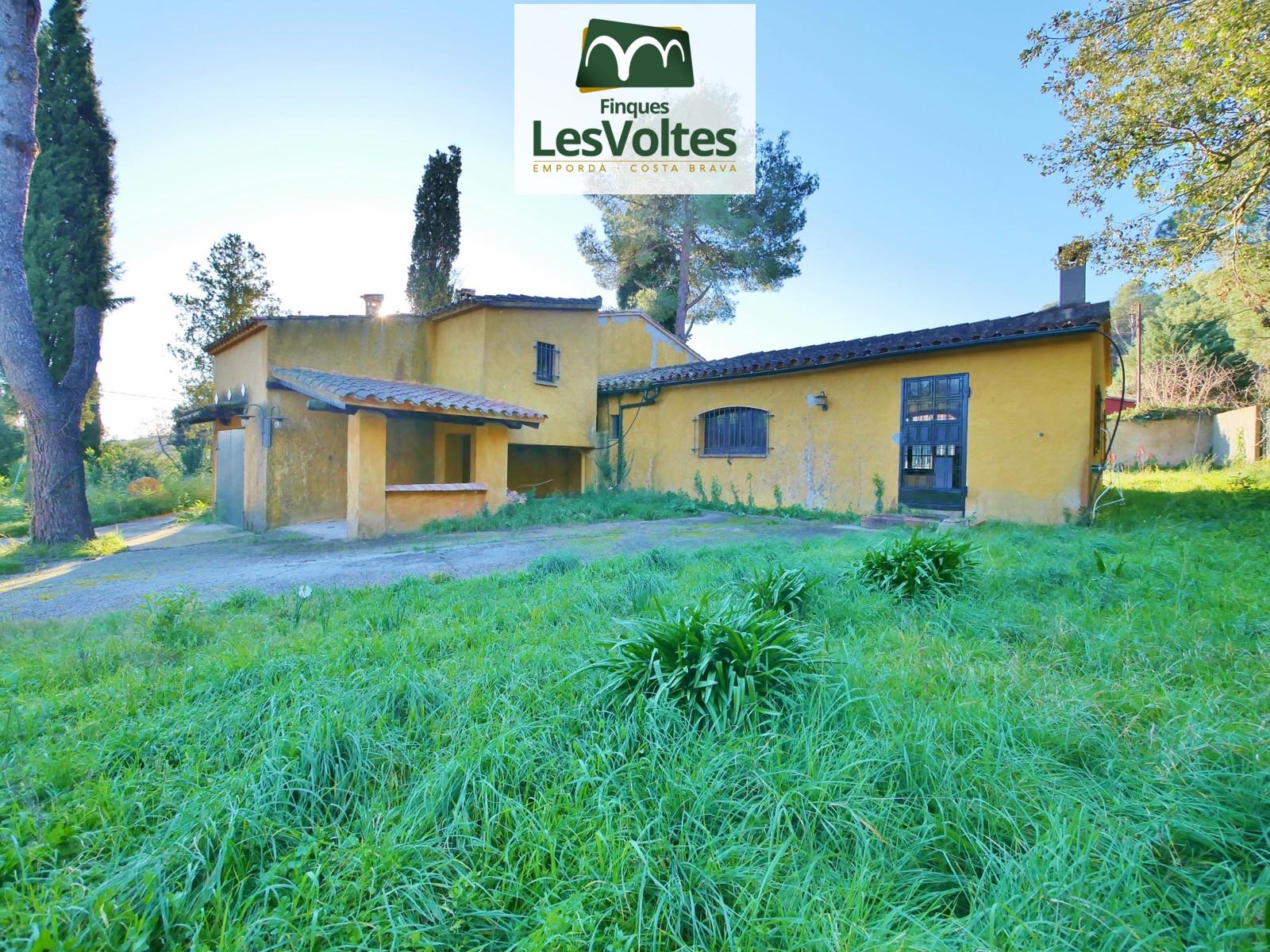 Casa rústica amb terreny en venda a Mont-ras. Situació privilegiada amb vistes.