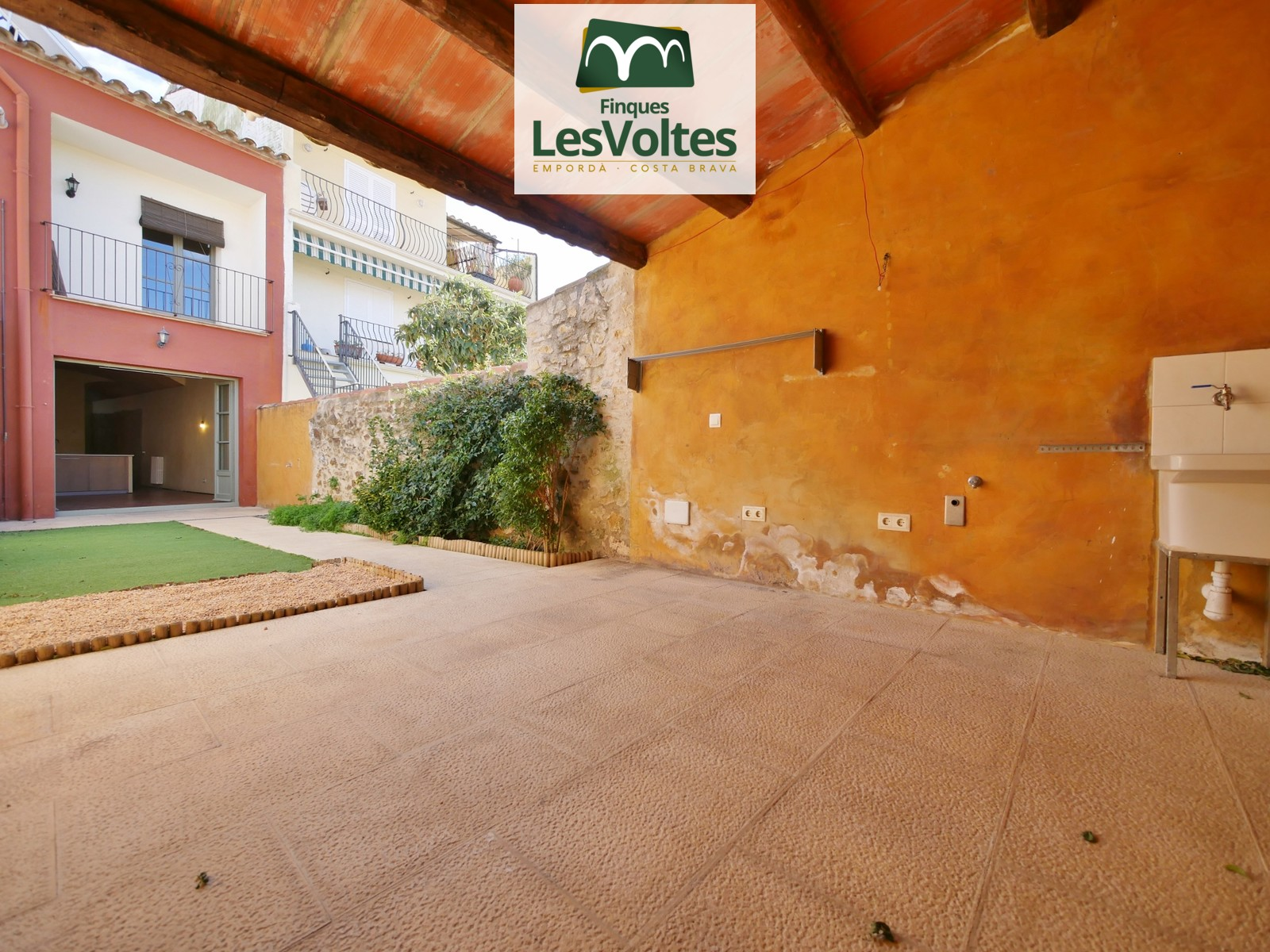 Rustic house with interior patio for rent in Palafrugell. Impeccable reform ready to enter.
