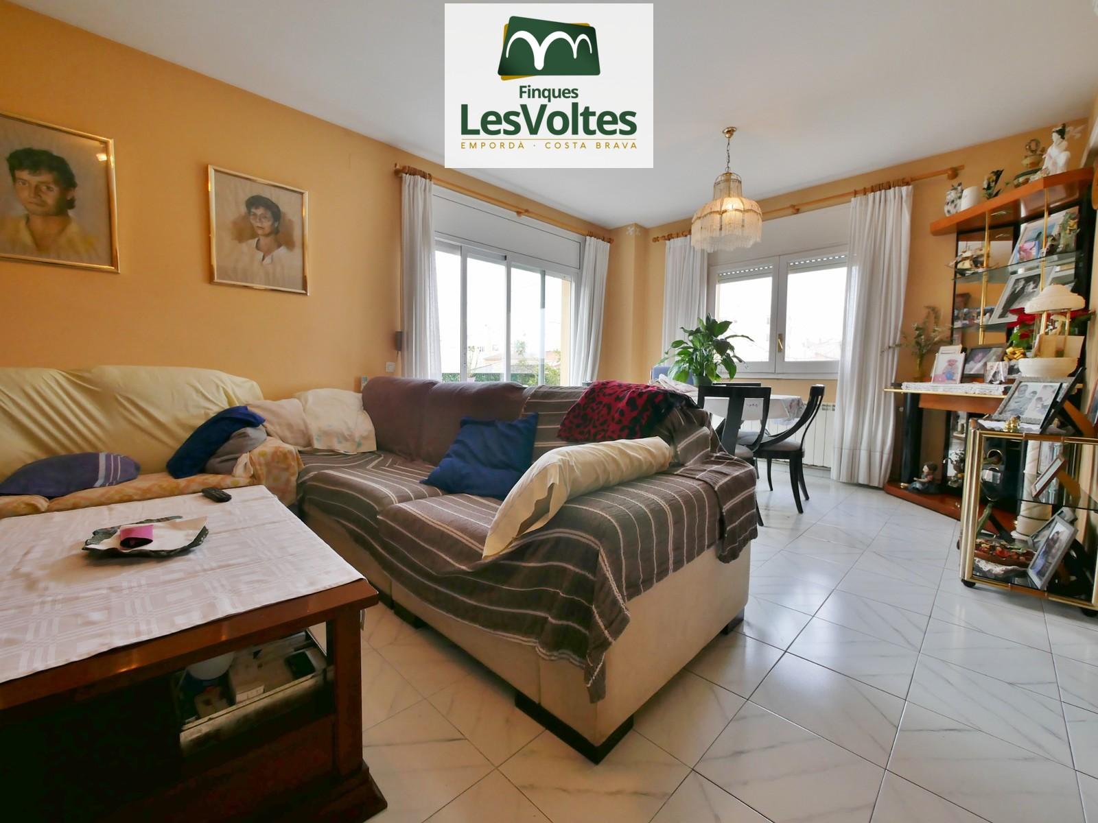 Casa amb terrassa interior en venda a Palafrugell. Planta baixa amb negoci dedicat a l'hostaleria.