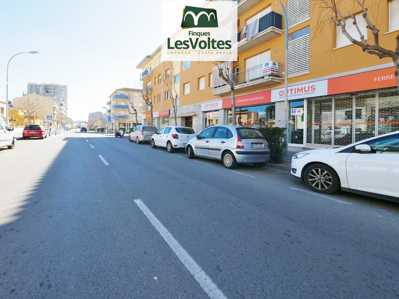 Pis amb plaça d'aparcament en venda a prop del centre de  Palafrugell.
