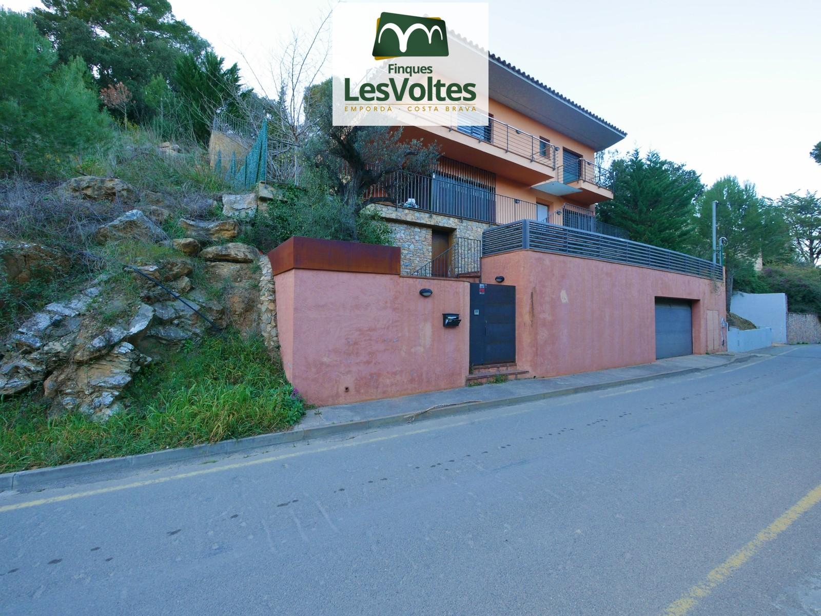 Magnífica casa amb vistes i jardí en venda a la platja de Sa Riera de Begur.