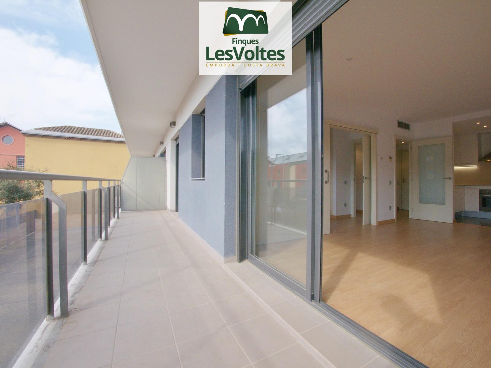 Pis semi nou amb plaça d'aparcament i terrassa en lloguer a Palafrugell. Situat al centre de Palafrugell.