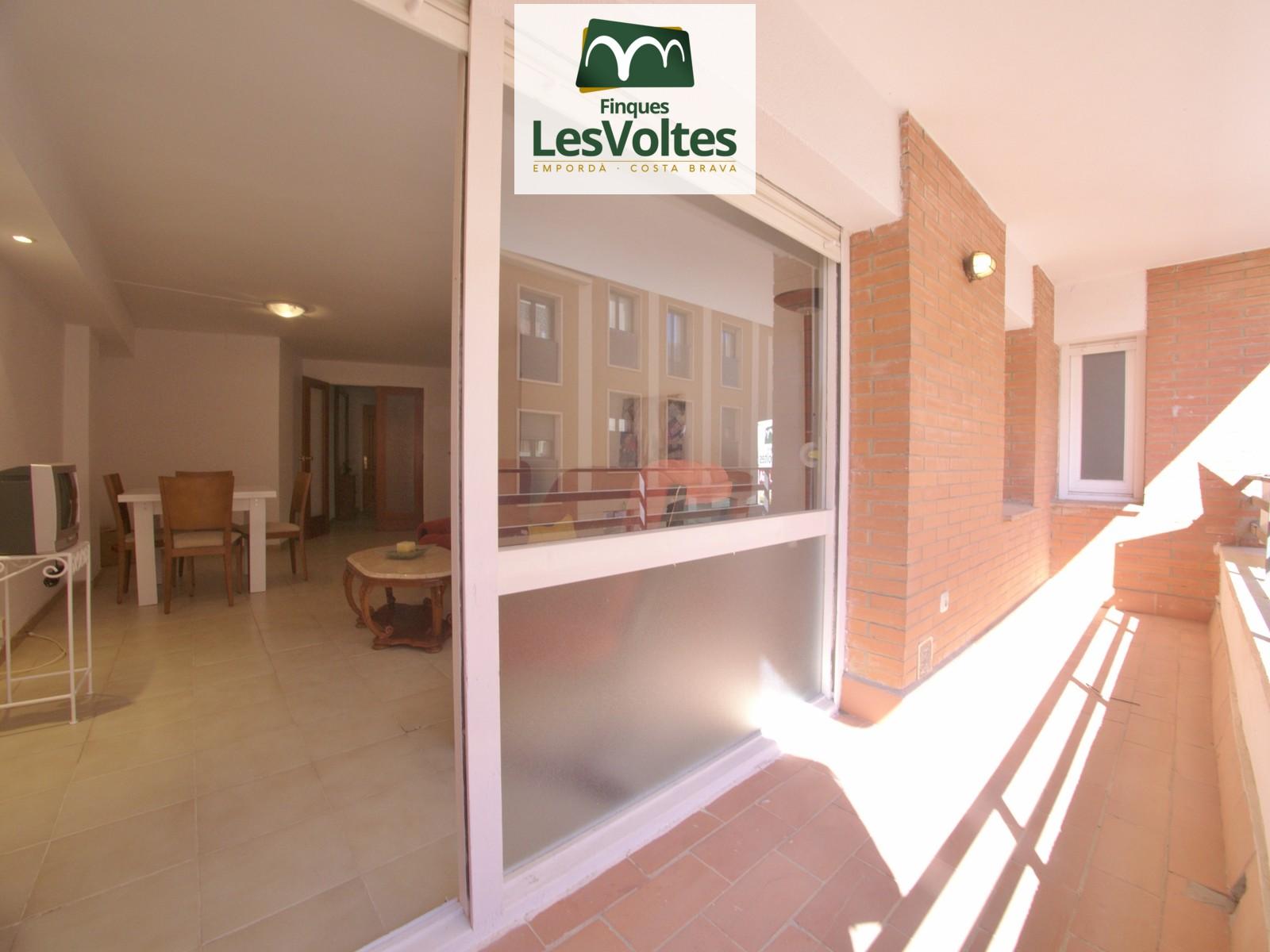 Pis de dues habitacions amb terrassa en lloguer al centre de Palafrugell. A punt per entrar-hi a viure.