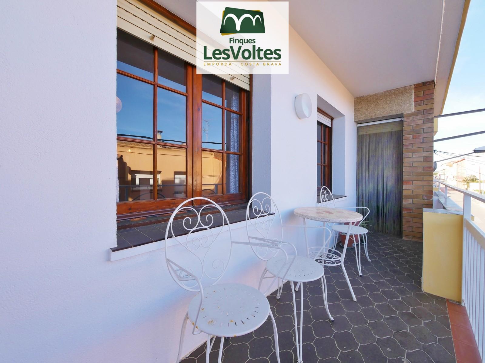 Pis de 4 habitacions amb terrassa i plaça d'aparcament en venda a Palafrugell. Situat a prop del centre.