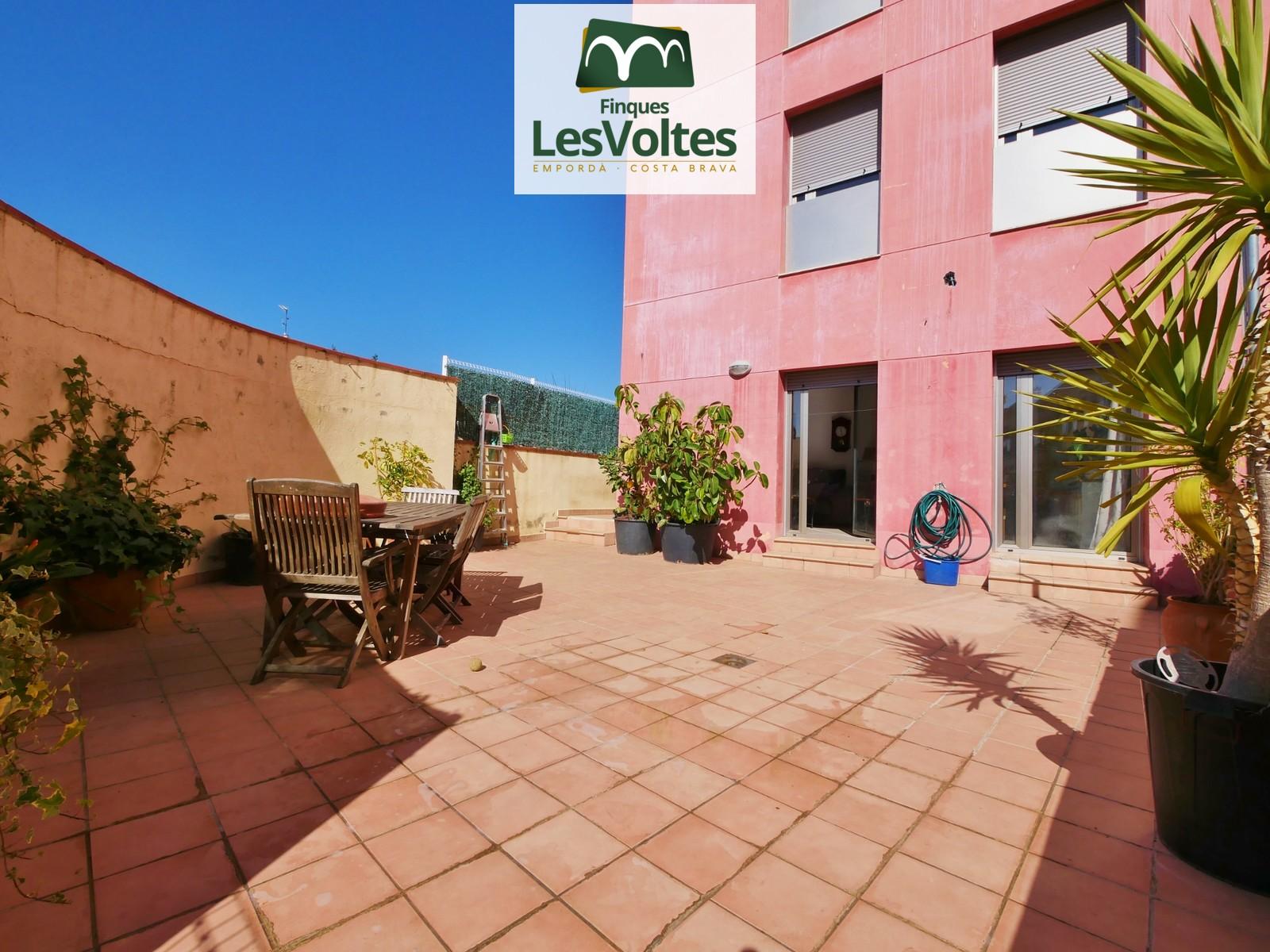 Planta baixa amb gran terrassa i plaça d'aparcament en venda a Palafrugell. Situada just al centre.